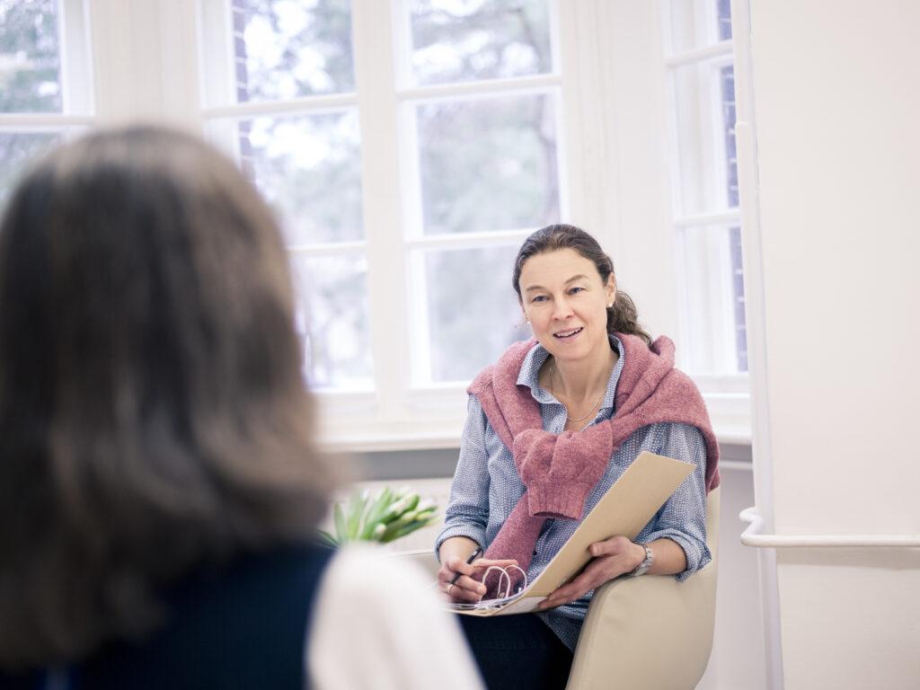 Dr. Katrin Wüllenkemper im Gespräch mit einer Patientin