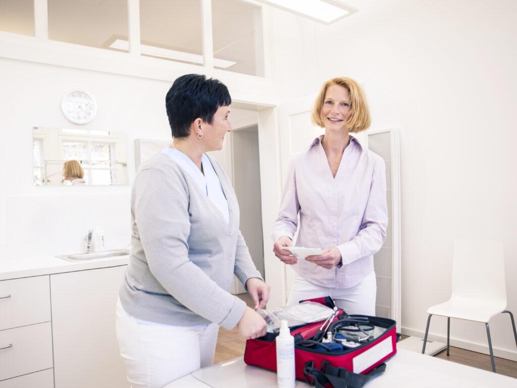 Dr. Kirsten Radtke und Mitarbeiterin Jenny Lücke